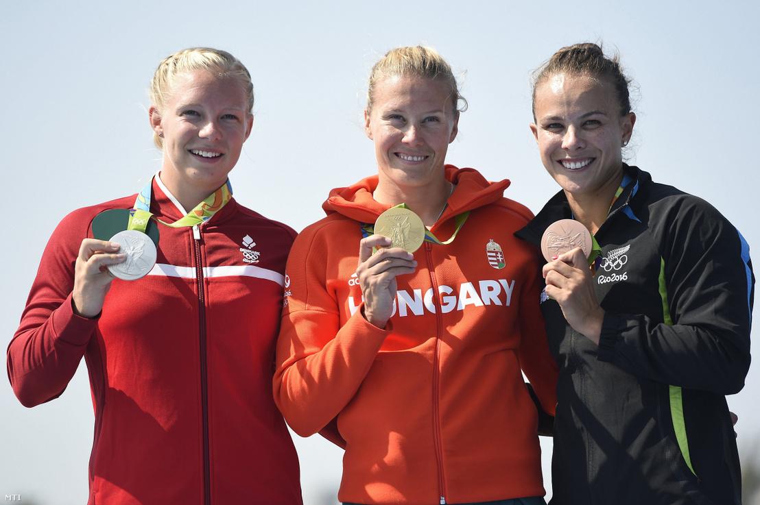 A címvédő Kozák Danuta (k), a második helyezett dán Emma Jörgensen (b) és a harmadik helyen végzett új-zélandi Lisa Carrington a női kajak egyesek 500 méteres versenyének eredményhirdetésén a Rio de Janeiró-i nyári olimpián a Rodrigo de Freitas Lagúnában 2016. augusztus 18-án