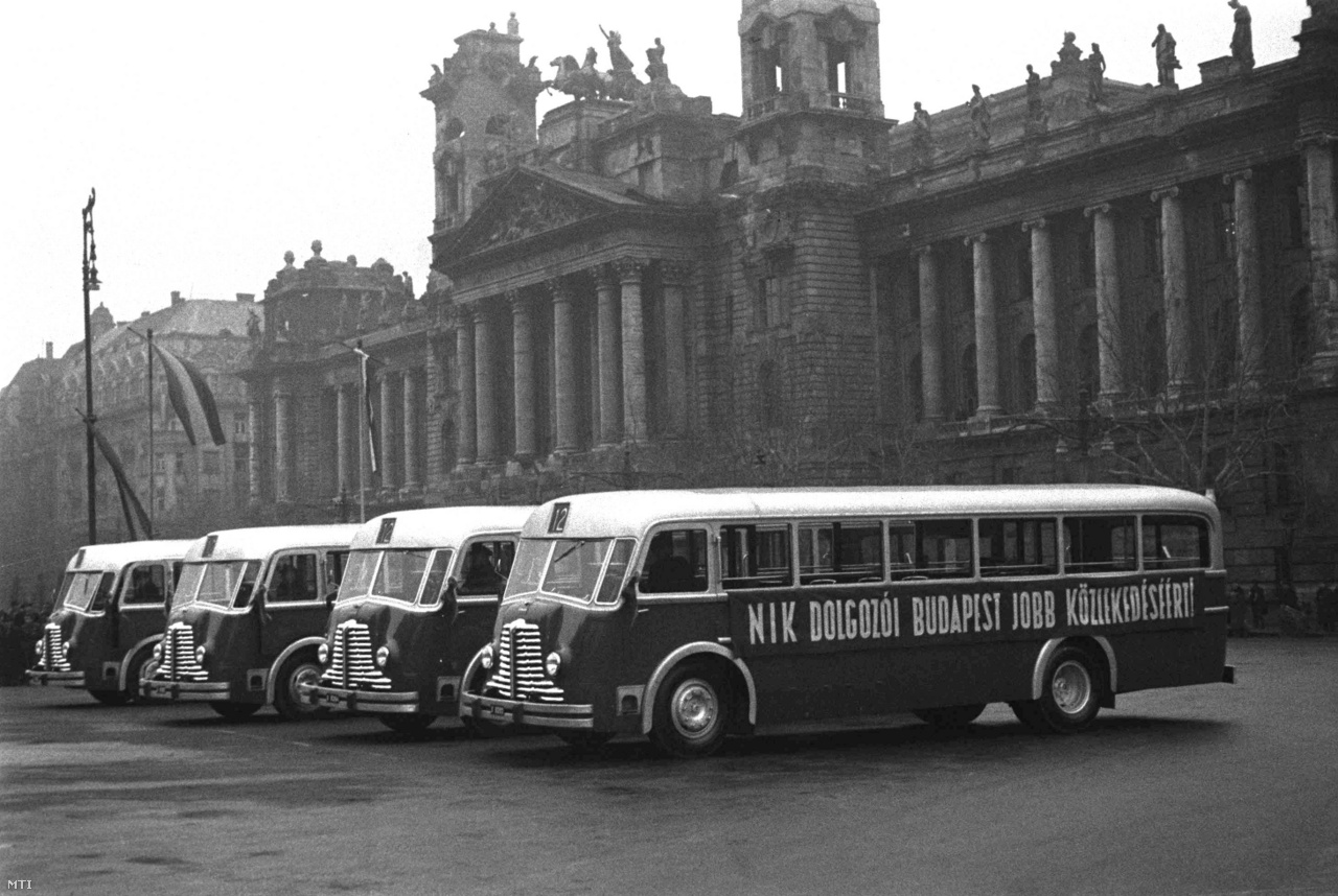Felsorakoznak az új, átadásra váró Rába Tr 35 – az első magyar tervezésű és gyártású önhordó karosszériás – autóbuszok a Néprajzi Múzeum épülete előtt a Kossuth téren, 1948. január 30-án
