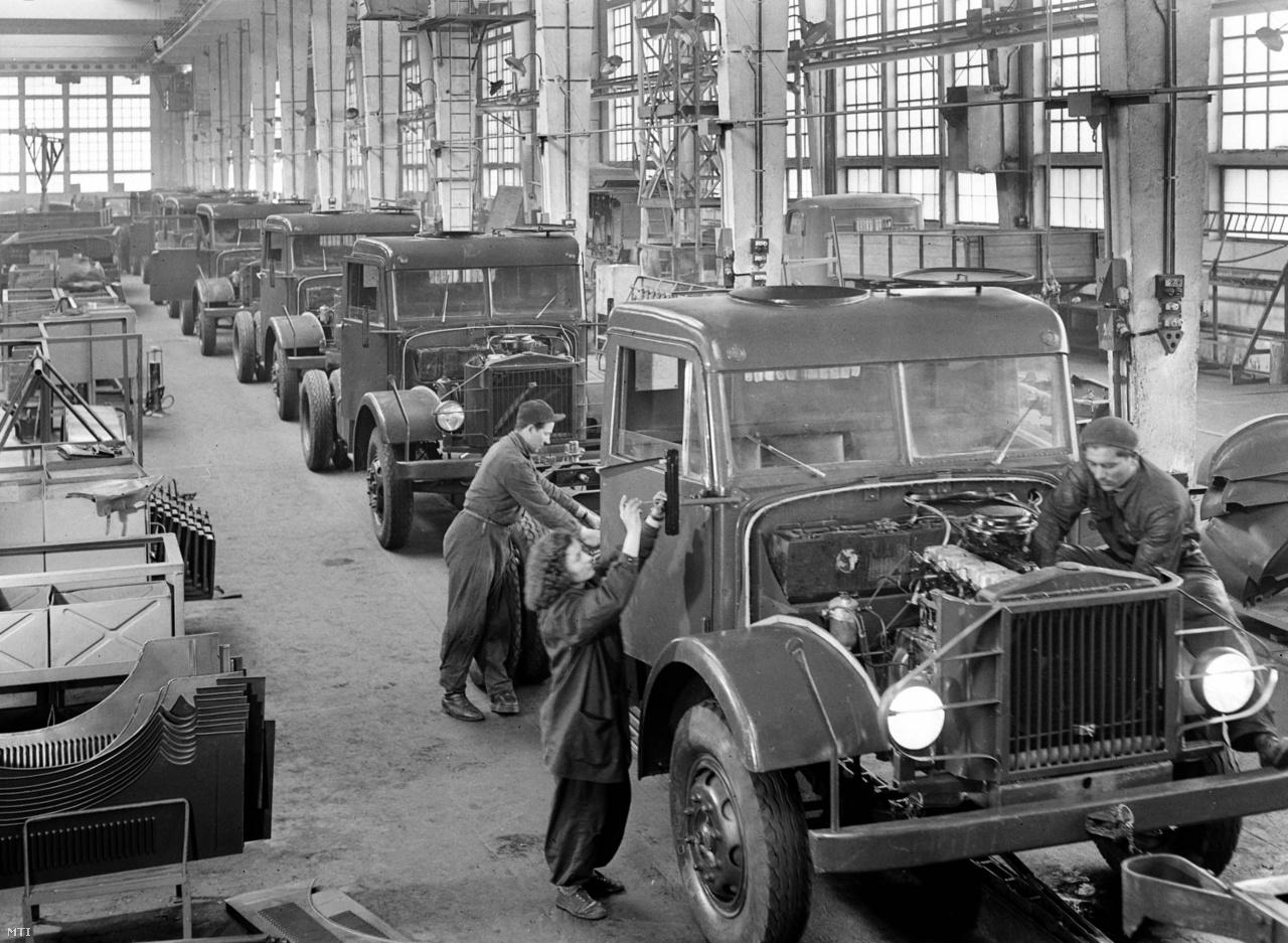A Csepel Autógyár szigethalmi gyárának Járműgyárában futószalagos technológiával szerelik össze a Csepel teherautókat 1954. április 14-én