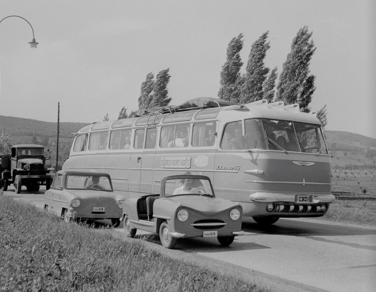 1956. június 1.: az első magyar törpeautó két prototípusa, a Balaton és az Alba Regia egy Ikarus autóbusz mellett. A Székesfehérvári Motorjavító Vállalat által tervezett törpeautókba 250 köbcentiméteres Pannónia motorkerékpár-motorokat szereltek be. A gépkocsi teljesen hazai anyagokból készült
