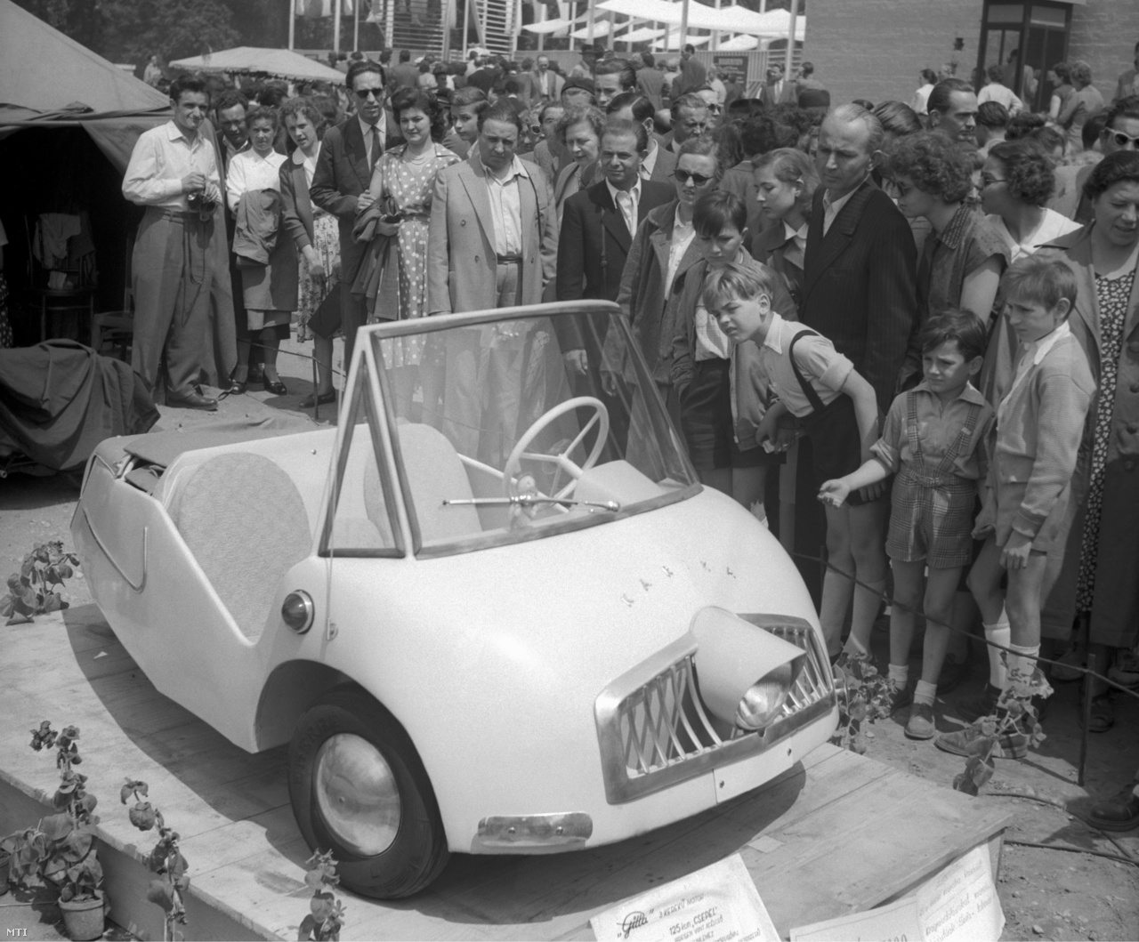Sok csodálója volt Karika István kisiparos törpeautójának a Budapesti Ipari Vásáron a Városligetben 1957. június 2-án