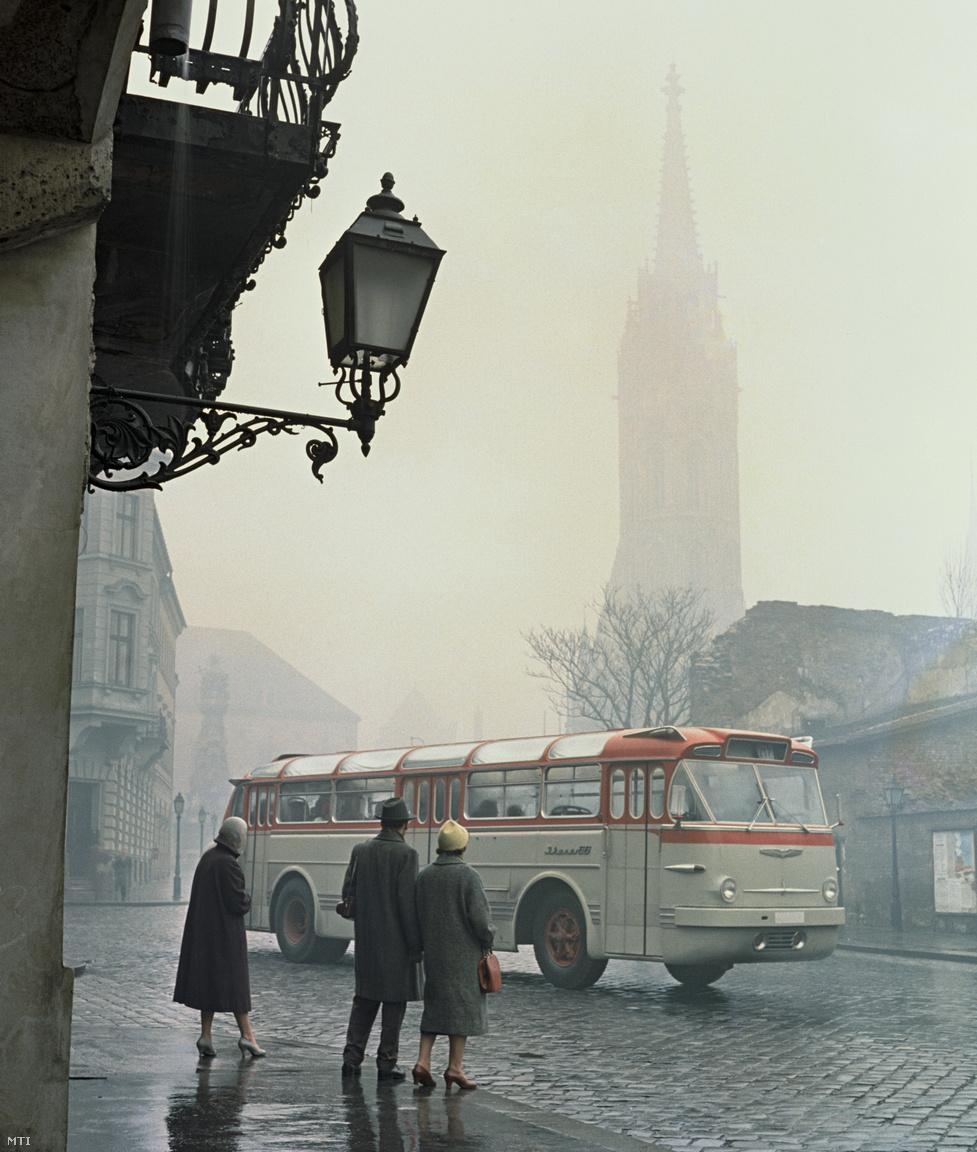 Az új farmotoros Ikarus 66-os típusú autóbusz próbaútján a budai Várnegyedben halad 1958. december 23-án