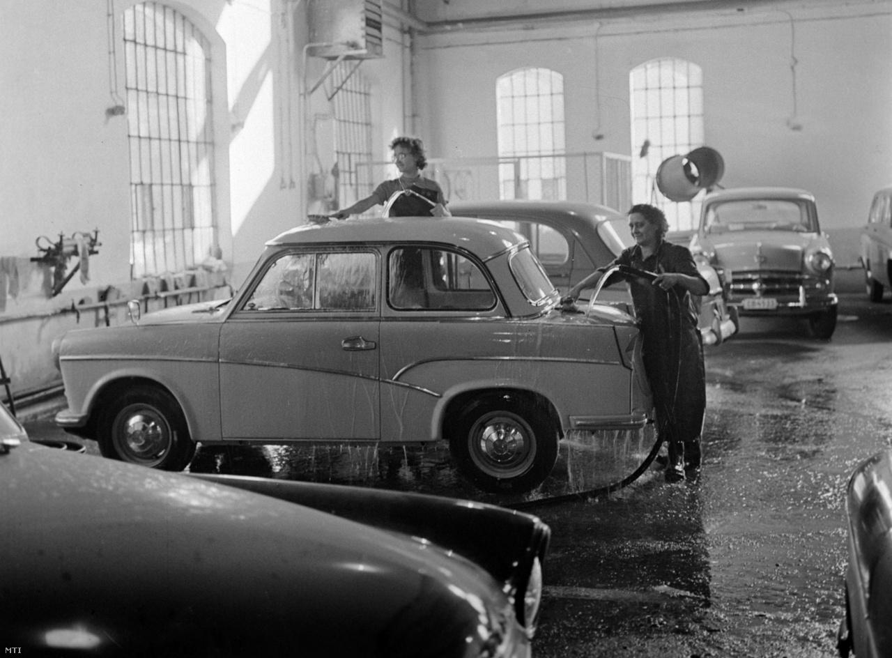 Németh Mária és Piskorán Sándorné, az Autó- és Alkatrészkereskedelmi Vállalat dolgozói eladás előtt egy új Trabant személyautót mosnak a vállalat telepén 1959. szeptember 17-én