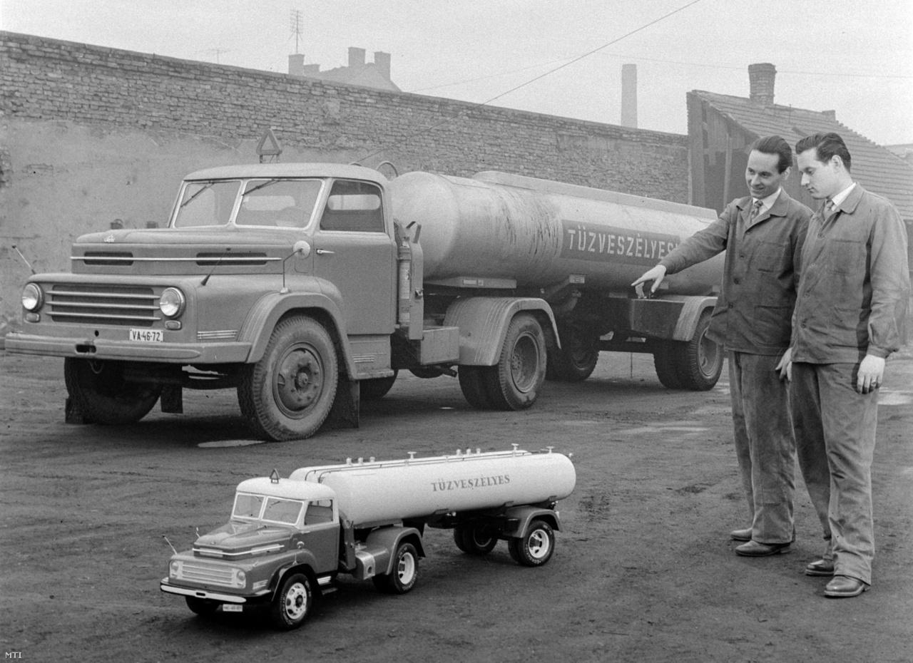 Haris Lajos és Haris Ottó, a Csepel Autógyár technikusai az általuk készített tartálykocsimodellel, a háttérben az eredeti nagyságú teherautó. A Csepel Autógyárban múzeumot hoznak létre, amelyben a gyár eddig gyártott teherautóinak modelljeit állítják majd ki 1960. november 28-án