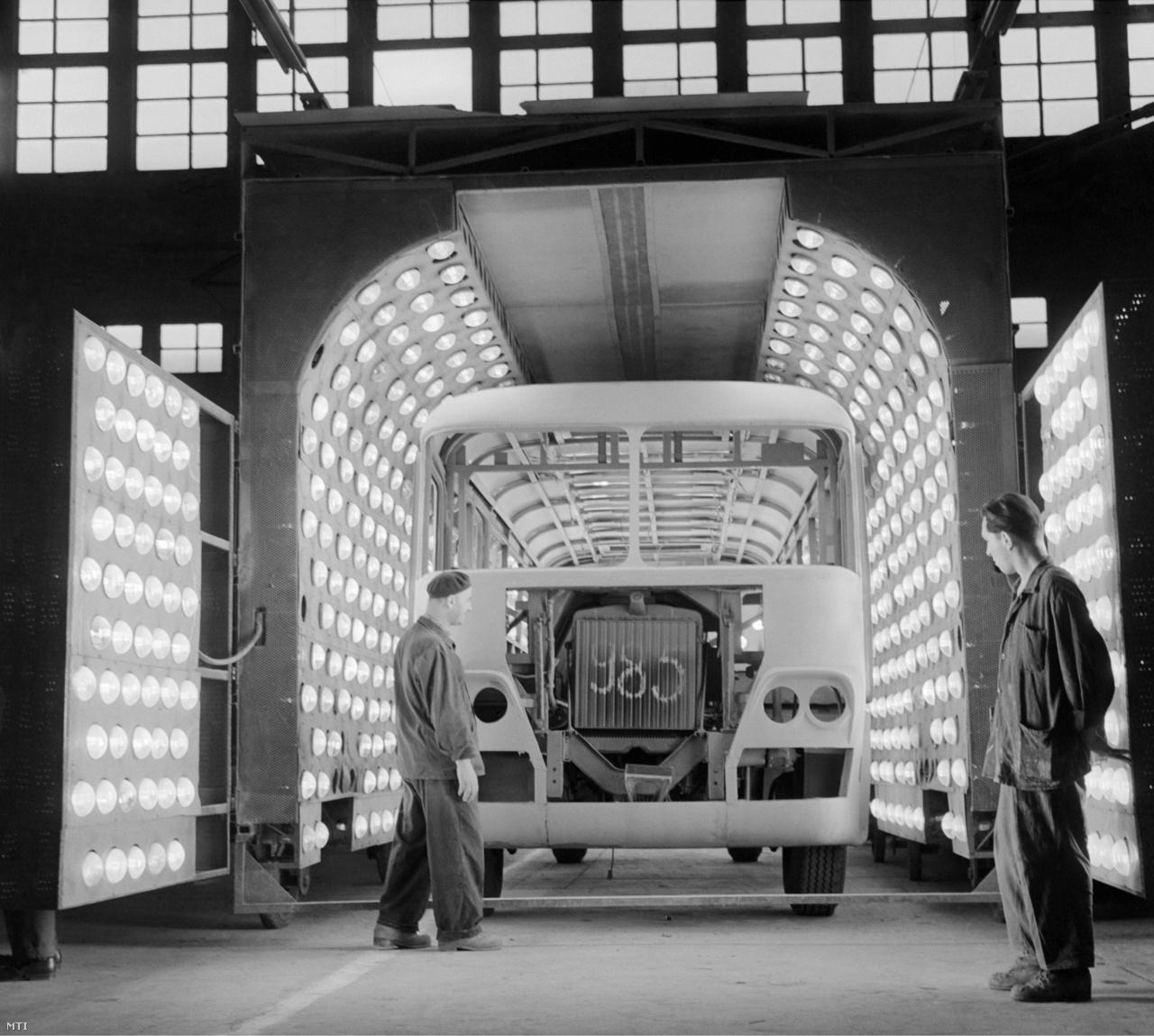 Szovjet exporta szánt félkész Ikarus 311 típusú autóbusz a keréken gördülő festékszárító infraalagút végén. A több száz lámpa 15 perc alatt szárítja meg a buszok fényezését 1961. szeptember 15-én
