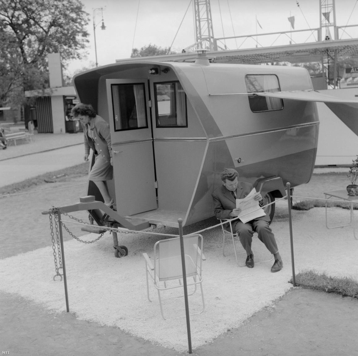 Látogatók, miután megtekintették az Egyesült Jármű Kisipari Termelőszövetkezet (KTSZ) autós kempingezőknek készült, télen-nyáron használható egytengelyes kétszemélyes hálókocsiját, amely az 1964-es vásár egyik újdonsága a május 15. és 25. között a Városligetben megrendezésre kerülő Budapesti Nemzetközi Vásáron (BNV)