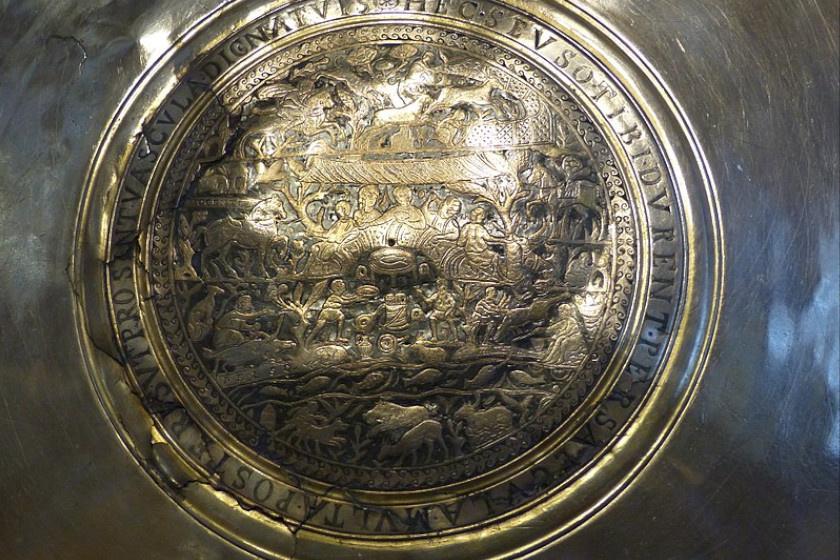 A vadásztál közeli képe: közepén, a halak felett olvasható a Pelso-felirat.