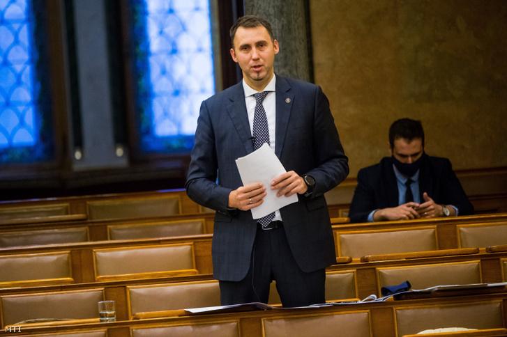 Virág Barnabás, a Magyar Nemzeti Bank alelnöke felszólal a jegybank 2019. évi üzleti jelentéséről és beszámolójáról tartott vitában az Országgyűlés plenáris ülésén 2020. december 16-án