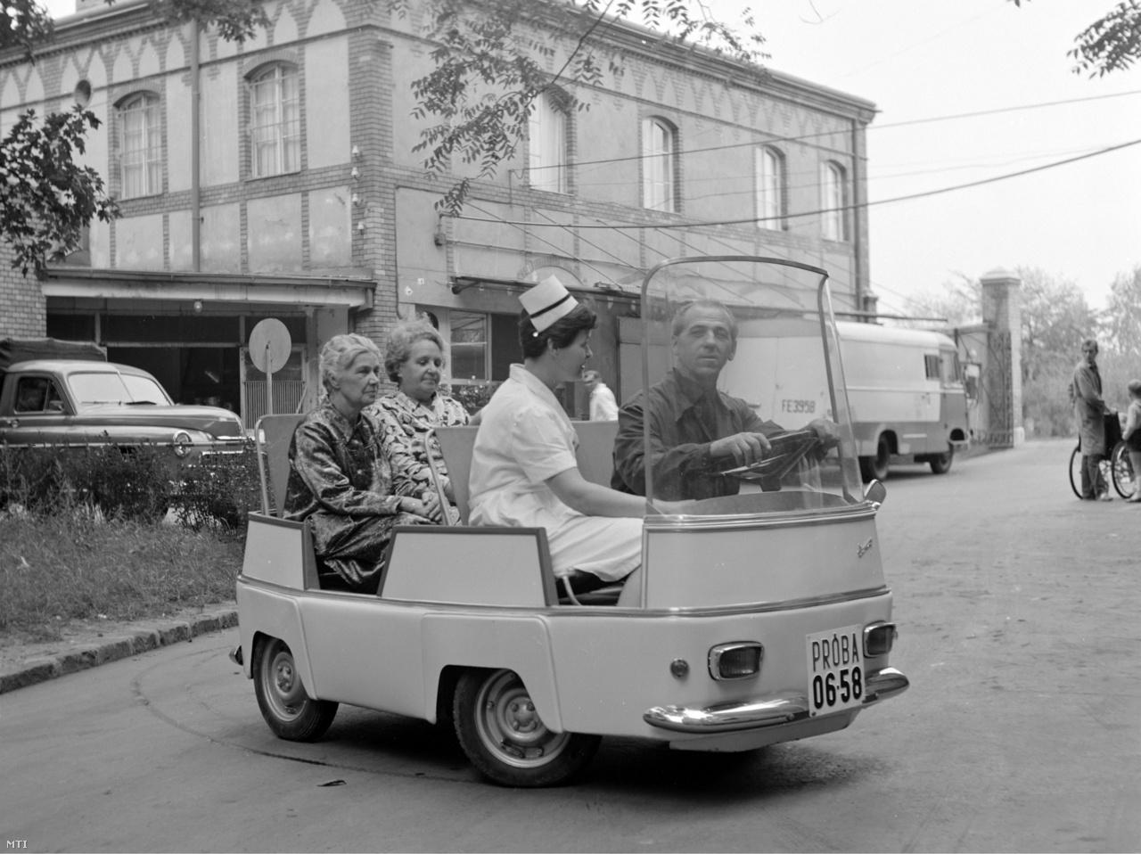 Betegeket szállítanak a Villamosipari Kutató Intézet villamos autójának prototípusán1968. szeptember 13-án. A villamos kisautót a Szolnok megyei Tanács Vasipari Vállalata gyártotta. A két méter és húsz centiméter hosszú autó a kórházi belső szállítás teljes ellátására alkalmas volt – beteg, étel, ágynemű. Kis méretével bárhol parkolhatott, gyorsan fordult, a városokban is közlekedhetett, akkumulátorai egy éjszaka alatt töltődtek