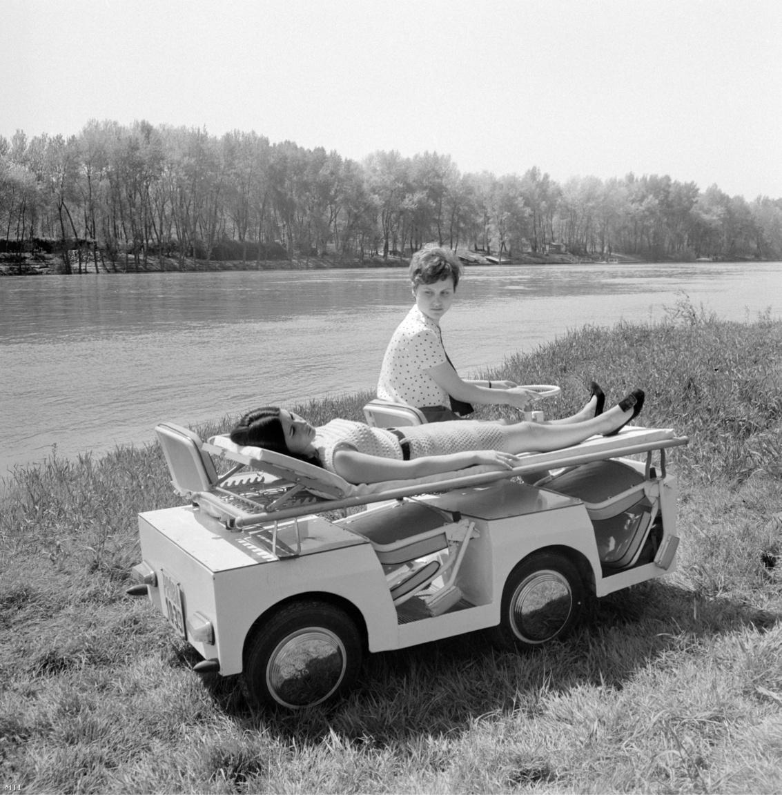 A Tisza elnevezésű magyar kísérleti elektromos kisautó próbaúton 1969. április 30-án. Az ülés támlájának lehajtásával hordágy szerelhető az elektromos kisautóra. Az Országos Reuma és Fürdőintézet megrendelésére készített kisautót a pavilonok közötti betegszállításra kívánták alkalmazni