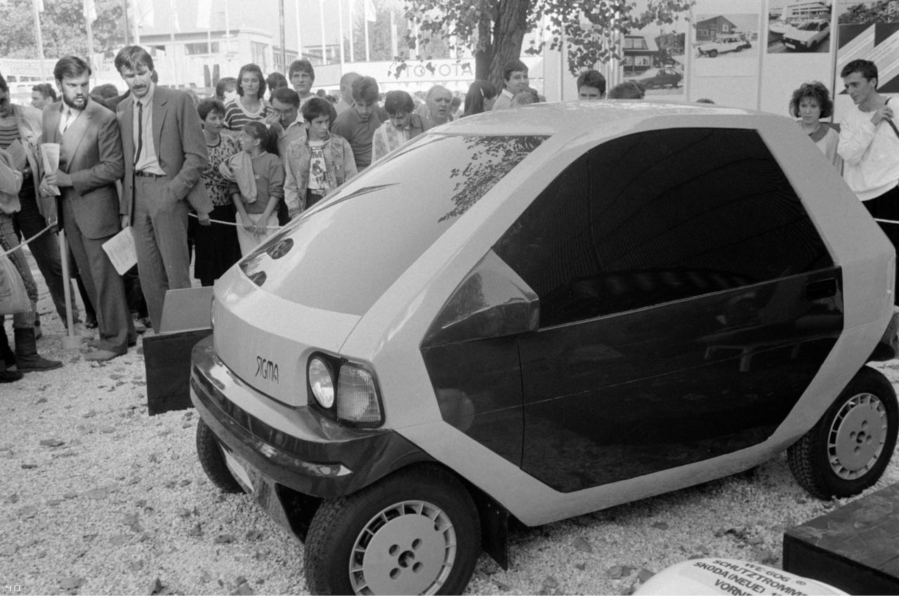 Érdeklődők nézik a Tiszántúli Autójavító Vállalat által kiállított Sigma elnevezésű, háromszemélyes koncepció kisautóját a Budapesti Nemzetközi Vásár (BNV) kiállításán 1988. szeptember 15-én
