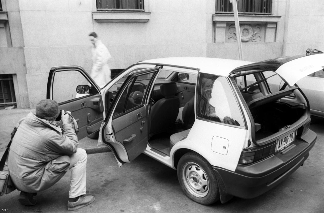 Fotóriporter fényképez egy Suzuki Swift 1300 köbcentis személyautót 1990. január 29-én a Suzuki személyautók magyarországi gyártásáról szóló megállapodás létrejöttéről tartott sajtótájékoztatón. Az Esztergomban felépülő gyárban 1992-ben indult el a termelés