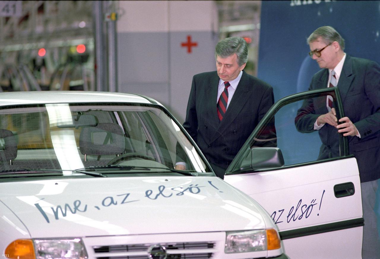 Antall József miniszterelnök ül a beszédeket követően az első fehér Astra volánja mögé 1992. március 13-án, hogy az ünneplőkhöz vezesse, miután a General Motors Hungary szentgotthárdi gyárában legördült az első, magyarok gyártotta modern személygépkocsi a szerelőszalagokról