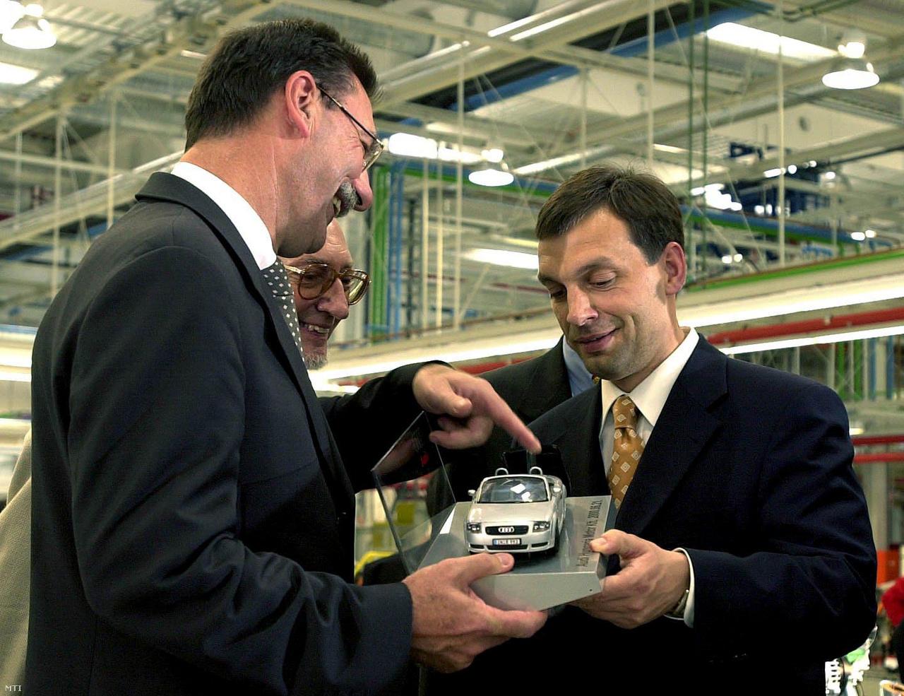 Jürgen Gebhardt, az Audi AG igazgatótanácsának tagja egy TT-modellt ajándékoz Orbán Viktor miniszterelnöknek a győri Audi Hungária Motor Kft. üzemében tett látogatásakor 2000. június 21-én, ahol a miniszterelnök megtekintette a TT sportkocsik összeszerelését, majd felkereste a vállalat legmodernebb technológiáját képviselő motorgyárat, ahol egy új négyhengeres dízelmotor-generáció gyártását kezdték meg