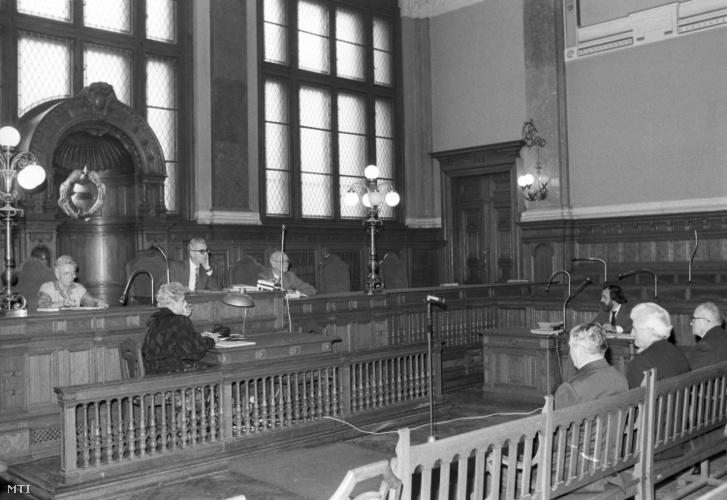 Az 1948-ban lezárt pócspetri perben Asztalos János és társai perújítását tárgyalta 1990. január 17-én dr. Strausz János tanácsa a Fővárosi Bíróságon