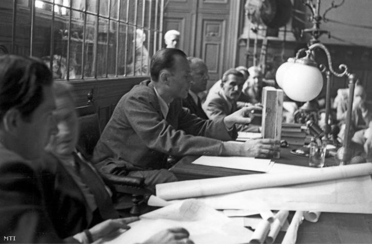 Olti Vilmos, a statáriális bíróság elnöke (b3) apócspetri per tárgyalásán a Budapesti Büntető Törvényszék tárgyalótermében 1948. június 11-én