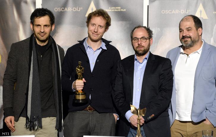 A legjobb idegen nyelvű film kategóriájában Oscar-díjat nyert Saul fia című film rendezője Nemes Jeles László (b2) Röhrig Géza a film főszereplője (b) valamint Sipos Gábor (b3) és Rajna Gábor (j) producerek a budapesti Toldi moziban tartott sajtótájékoztatójukon 2016. március 2-án
