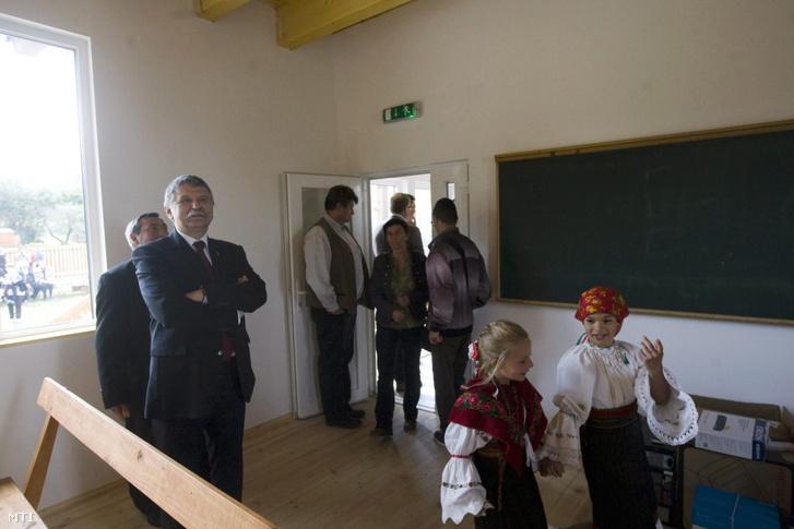 Kövér László, a magyar országgyűlés elnöke a 2012-ben leégett, újjáépített iskolában az erdélyi Háromkúton 2015. szeptember 14-én