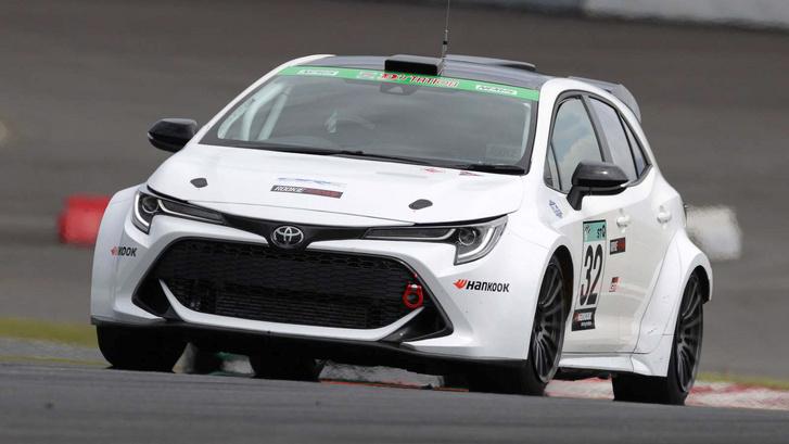Hidrogénnel üzemeltetett, belső égésű motoros versenyautóval próbálja népszerűsíteni a Toyota a hidrogént