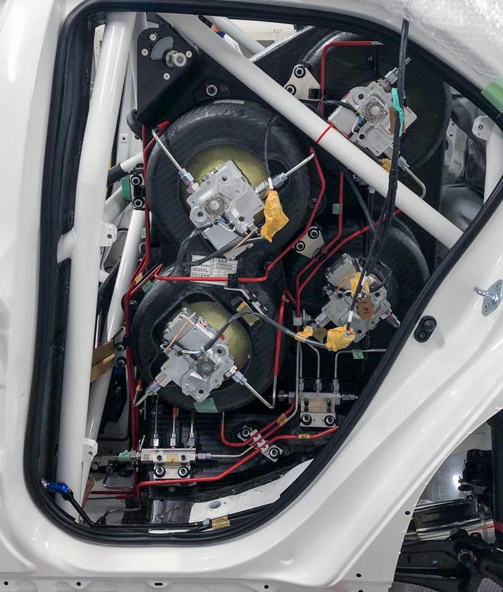 Három, a Miraiéval megegyező gáztartály a belső égésű motoros, hidrogénes Toyota versenyautóban a hátsó ülések helyén. A negyedik tartály a csomagtartót foglalja el