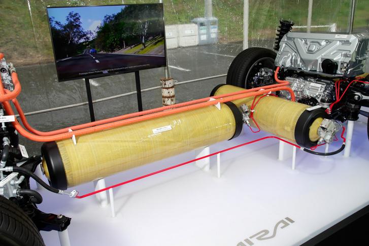 A hidrogénhajtású, de tüzelőanyag-cellás Toyota Mirai hidrogén tartályai. Illetve kettő azok közül, a harmadik takarásban. Együttesen 141 liter a térfogatuk