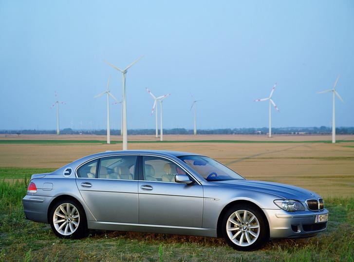 Amikor hidrogénhajtású, belsőégésű motoros autóban látták a környezetbarát autózás jövőjét. BMW Hydrogen 7 másfél évtizeddel ezelőttről (2006)