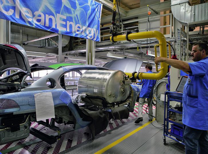 Ekkora a 7,4 liter folyékony hidrogént tároló tartály kívülről. Hatásos hőszigetelésre van szükség a mínusz 253 fok tartásához