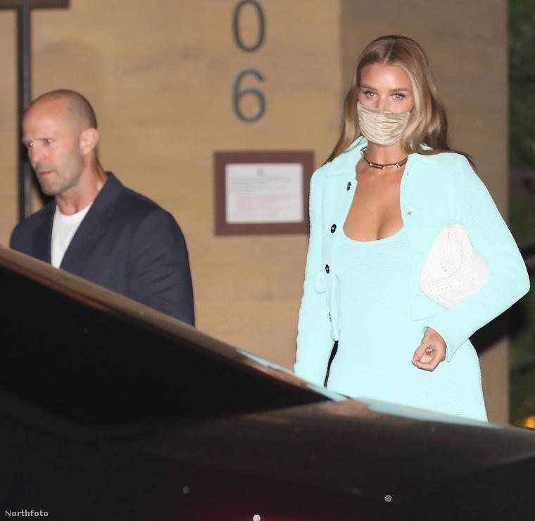 Ezen az április 28-án készült képen egy brit jegyespár látható, Jason Statham színész  és Rosie Huntington-Whiteley modell-színésznő