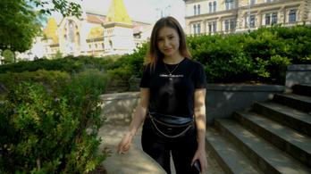 Az erdélyi lány, aki néhány év alatt gyűjtött milliós rajongótábort
