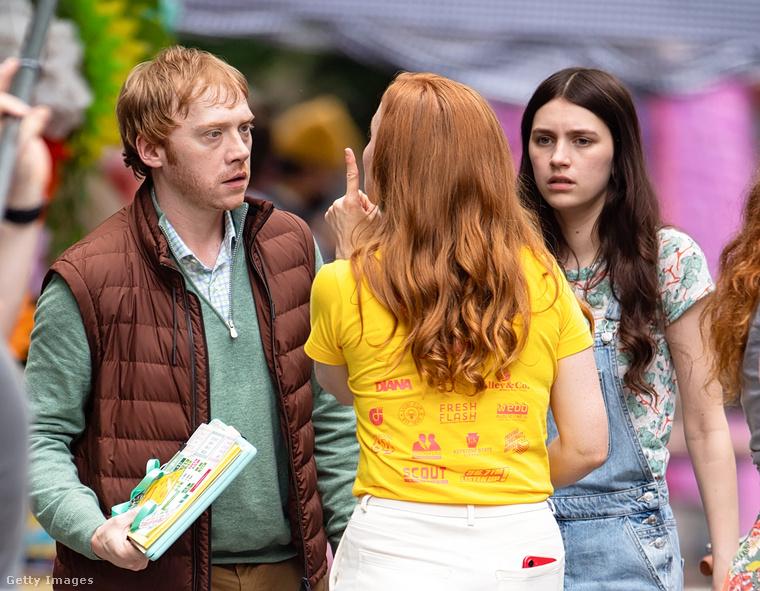 A harmadik színész pedig a jobb oldalon Nell Tiger Free, aki meg a Trónok harca ötödik és hatodik évadából lehet ismerős.