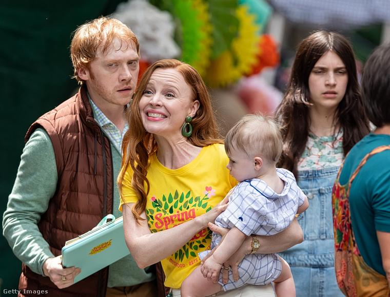 Grint partnere a jelenetben a kisbabát tartó Lauren Ambrose, aki az ezredforduló után a Sírhant művek egyik főszereplőjeként vált ismertté.