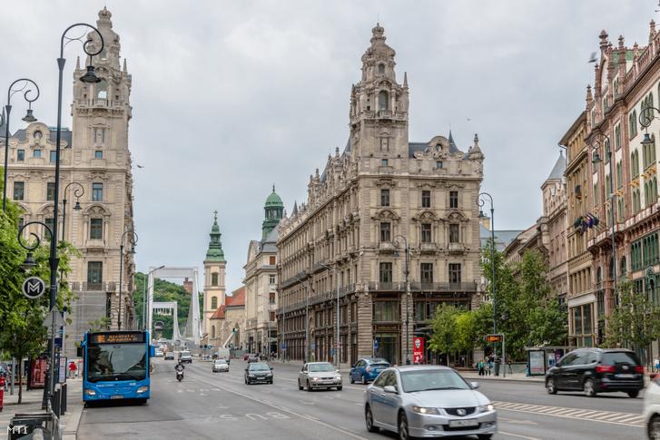 Budapest belvárosa a Kossuth Lajos utca felől, előtérben a Szabad sajtó út két oldalán a Klotild-paloták épületei, háttérben az Erzsébet híd és a belvárosi templom tornya 2020. május 23-án