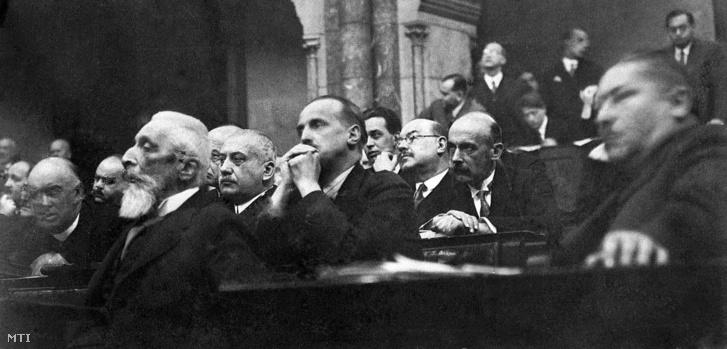 Apponyi Albert (az előtérben j3) az országgyűlés képviselőházának 390. ülésén az ellenzéki képviselők között hallgatja a beszámolót a hágai megbeszélésről