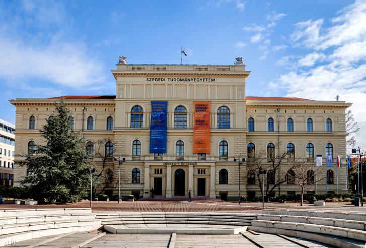 A Szegedi Tudományegyetem épülete a Dugonics téren 2021. február 14-én