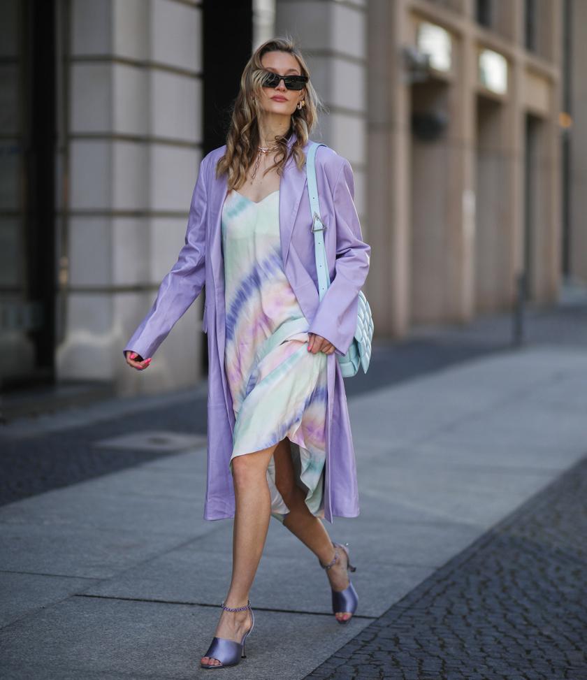 A batikolt minta a szezon nagy kedvence. Alapvetően bohém hatást kelt, de ha lágy színekben vagy alakot követő egészruhákban választod, sokkal nőiesebb lesz.