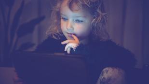 Gyerekek a képernyő rabságában – a szülők hibája?
