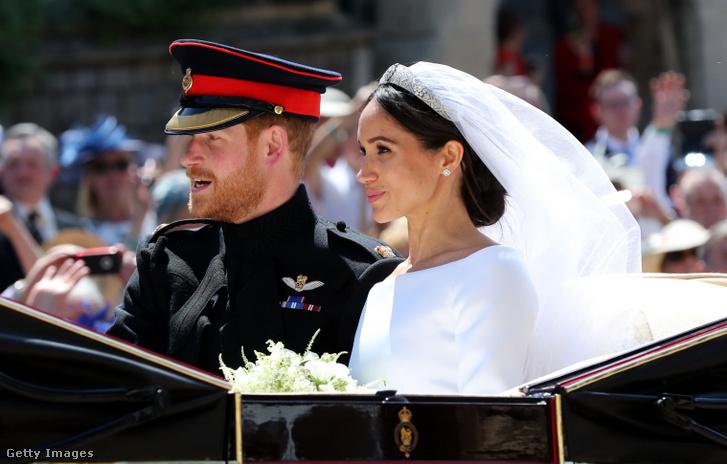 Harry herceg és Meghan Markle kocsikáznak esküvőjük után