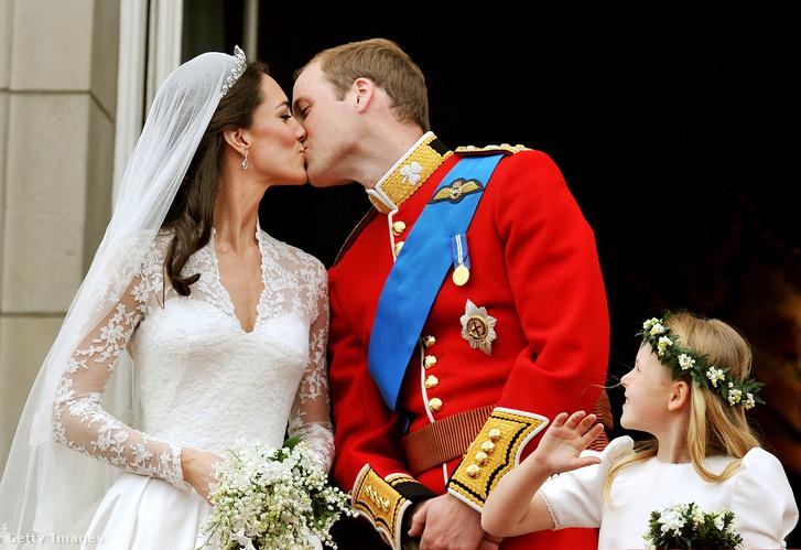 Katalin hercegné és Vilmos herceg hagyomány szerinti csókot vált a Buckingham-palota balkonján