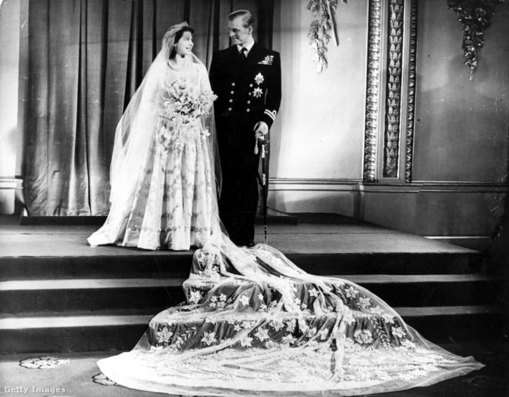 II. Erzsébet és Fülöp herceg az esküvőjük után a Buckingham-palotában