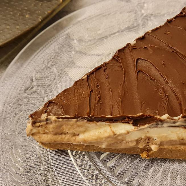 Csupakrém torta sütés nélkül: fényes csokimáz koronázza meg