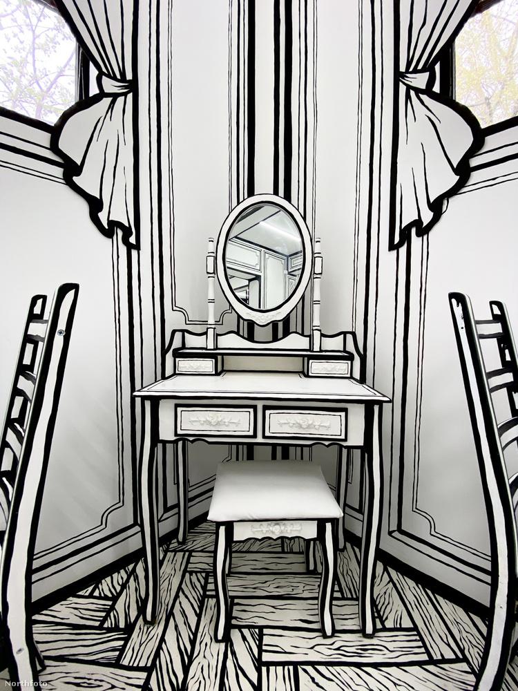A rajzolt függönyök, tükrök és egyéb berendezési tárgyak segítenek a még hatásosabb illúziókeltésben.