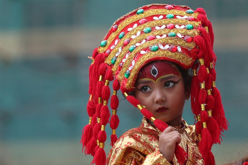 A nepáli gyermekistennők, a kumárik: az első menzesszel szolgálatuk véget ér, lábuk nem érintheti a földet