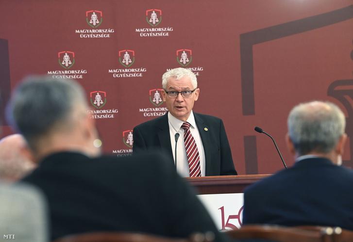 Polt Péter legfőbb ügyész beszédet mond a magyar ügyészi szervezet fennállásának, az első ügyészi törvénynek a 150. évfordulója alkalmából rendezett nemzetközi konferencián a Legfőbb Ügyészségen 2021. június 11-én