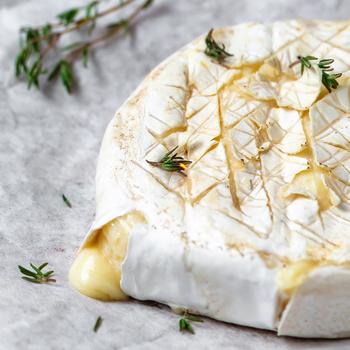 Zöldfűszerekkel és fokhagymával grillezett camembert: az olvadt sajt mennyei