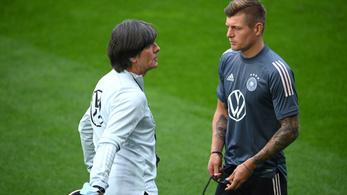 Joachim Löw a játékosokkal együtt állítja össze a stratégiát