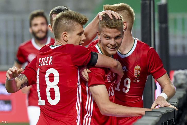 Sigér Dávid ünnepli a gólszerző Schäfer Andrást a Ciprus elleni felkészülési meccsen