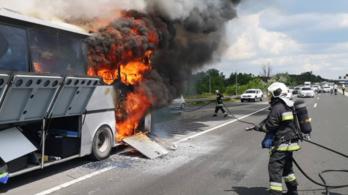Tűz, hatalmas dugók – több baleset is történt pénteken az autóutakon