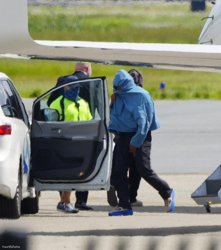 Kanye West Provence-ból hazafelé jövet, New Jersey-ben, landolás után
