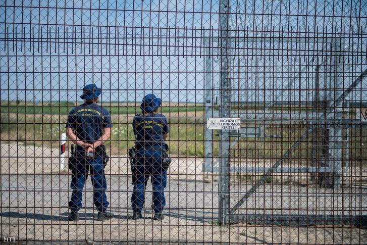 Fegyveres biztonsági őrök az ideiglenes biztonsági határzár mellett a magyar-szerb határon Bácsalmás közelében 2020. július 16-án