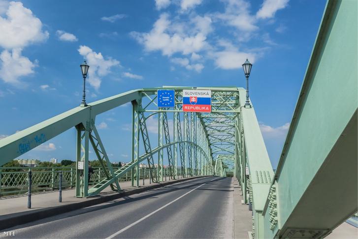A szlovák-magyar határt jelképező tábla a Mária Valéria híd közepén